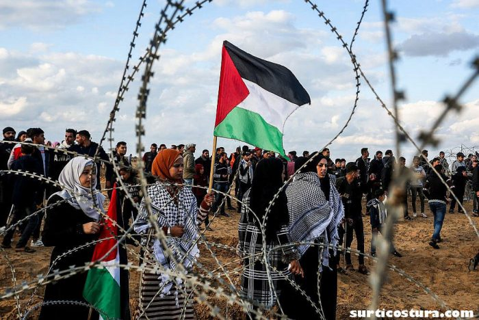 Palestinians in Gaza ชาวปาเลสไตน์หลายร้อยคนได้แสดงให้เห็นใกล้รั้วของอิสราเอลในฉนวนกาซาที่ถูกปิดล้อม โดยเรียกร้องให้อิสราเอล